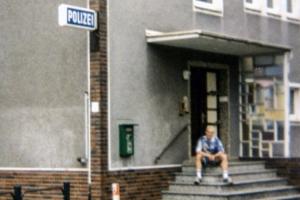Vor einer Polizeiwache in Leverkusen