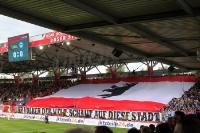 Große Berlin-Blockfahne vor dem Derby