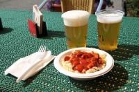 Mittagszeit! Bier und Nudeln mit Wurstgulasch im Stadion Friedrichsfelde