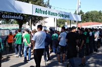 Ultras der BSG Chemie Leipzig vor dem Gästeblock des AKS
