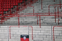 Fahne von Eintracht Frankfurt am leeren Gästeblock bei Union Berlin