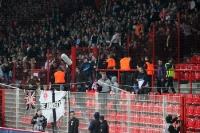 Der Gästebereich wird von den Frankfurter Ultras / Fans friedlich (!) geentert
