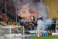 Fans des FC Energie Cottbus zünden Pyrotechnik in Dresden