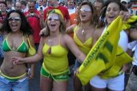 Brasilianerinnen zeigen nackte Haut