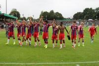 FC Bayern Team vor der Fankurve