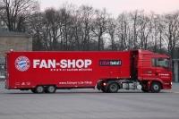 Der Fan-Shop-Truck des FC Bayern München fährt vor ...