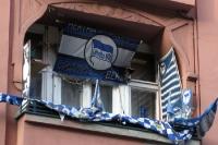 Hertha-Fan zeigt Flagge ...