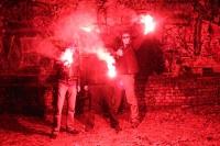 Ultras mit roten Bengalfackeln