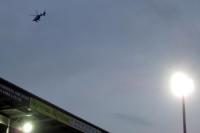 Polizeihelikopter über einem Fußballstadion