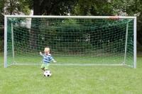 Früh übt sich: Kleines Bübchen mit großem Ball ...