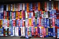 Unzählige Fußball-Fanschals in Reihe und Glied an einem Fanartikelstand vor einem Stadion