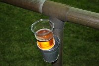 Praktischer Bierhalter am Fußballplatz