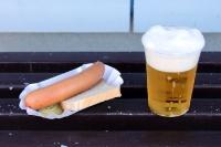 Objekte der Begierde im Stadion am Schwedendamm des BSC Rathenow 94: Bockwurst und Bier