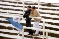 zwei Hansa Rostock Fans auf verschneitem Rang
