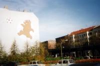 Fußball-Bärchen an der Schönhauser Allee in Berlin (1995)