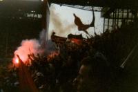 Fans von Eintracht Frankfurt zünden Bengalfackeln im Westfalenstadion, Mitte 90er Jahre