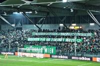 Ultras des SK Rapid Wien zeigen Spruchbänder