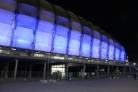 blau beleuchtete Außenfassade des Stadion Miejski in Poznan (Posen), Polen