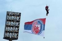 Fahne des FK Crvena Zvezda kommt per Fallschirm