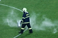Die Feuerwehr hat beim Prager Derby viel zu tun