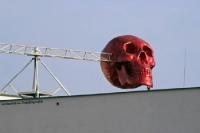 Totenkopf über dem Stadion na Plynarne von Loko Vltavin