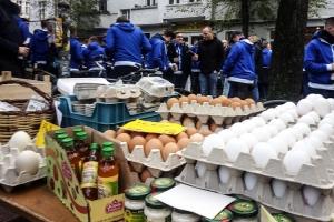 Hertha-Fans auf dem Wochenmarkt