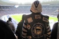 Hertha-Fan mit Kutte im Olympiastadion