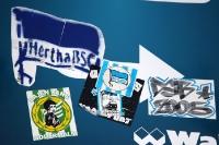 Hertha-BSC-Aufkleber an Schildern in Berlin ...