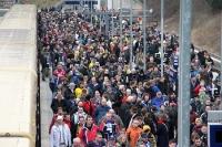 tausende Zuschauer auf dem Weg zum Berliner Olympiastadion, Heimspiel von Hertha BSC