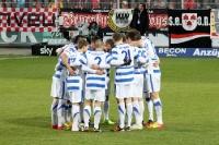 Die Spieler des MSV Duisburg bilden eine Kreis