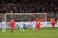 MSV-Torhüter Felix Wiedwald hält den Elfmeter von Silvio