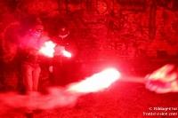 Ultras zünden bengalische Fackeln / rote Zylinderflammen