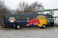 Mannschaftsbus von RB Leipzig - die Roten Bullen kommen