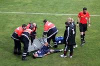 Rockenbach da Silva von RB Leipzig liegt verletzt am Boden