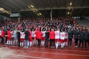 RWE Fans, Spieler feiern Sieg in Dortmund 2019