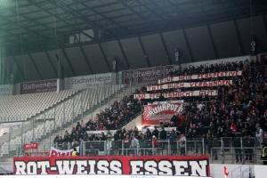RWE Fans Spruchband im eigenen Gästeblock