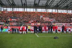 RWE Spieler feiern vor der West nach Sieg gegen Aachen 2019