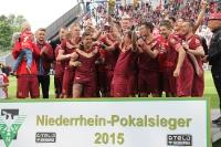 RWE Spieler jubeln mit Pokal