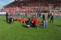 RWE Spieler jubeln mit Pokal bei den Fans