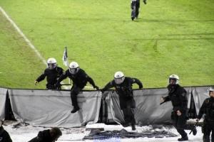 Platzsturm und Polizeieinsatz