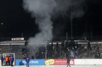Nach dem Spiel gegen Münster werden die Spruchbänder im Block verbrannt...