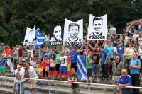 Fans der TSG Neustrelitz feiern ihre Spieler