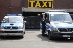 Taxi und Polizeifahrzeuge