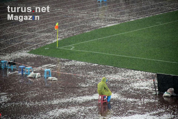 Foto: strömender Regen im Nanjing Olympic Sports Center ...