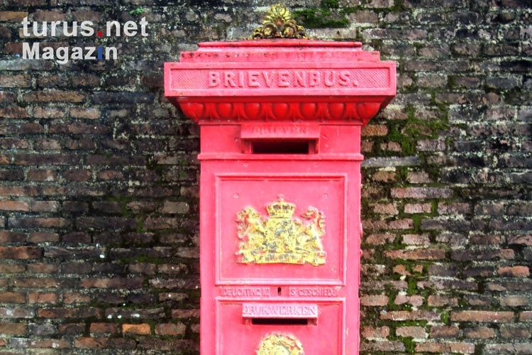 Brievenbus in Paramaribo, ein roter alter Briefkasten, Suriname
