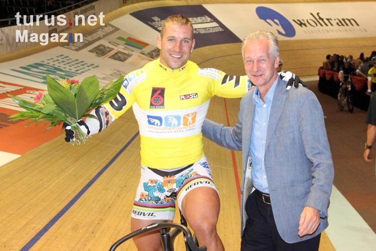 Sprinter Robert Förstemann bei der Siegerehrung am Ende des 2. Tages beim Berliner Sechstagerennen