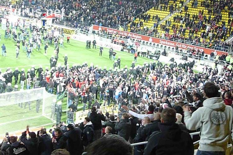 foto platzsturm in aachen fans ultras von eintracht frankfurt feiern den aufstieg 2011 12. Black Bedroom Furniture Sets. Home Design Ideas
