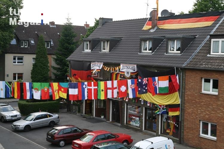 foto geschm ckte h user deutschland bilder von fans der nationalmannschaften. Black Bedroom Furniture Sets. Home Design Ideas