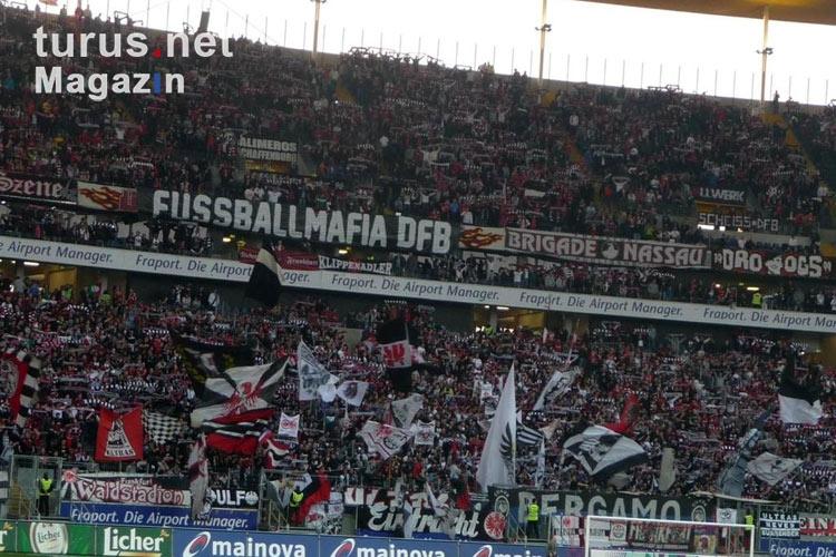 foto fans von eintracht frankfurt im heimischen stadion. Black Bedroom Furniture Sets. Home Design Ideas
