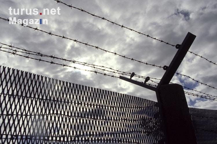 Foto: Metallgitterzaun mit Stacheldraht der deutsch-deutschen Grenze ...